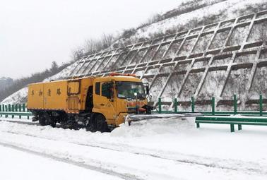2019年1月25日高发必威体育手机投注鄂西北片区宜城分部在麻竹高速宜保段铲雪作业